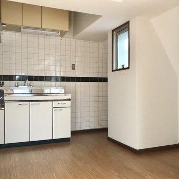 キッチン横に冷蔵庫。小窓の右側にはラックが置けそう!