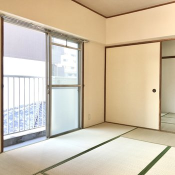 まずは6畳の和室。南西向きで柔らかい光。こちらにもエアコン設置可能ですよ。