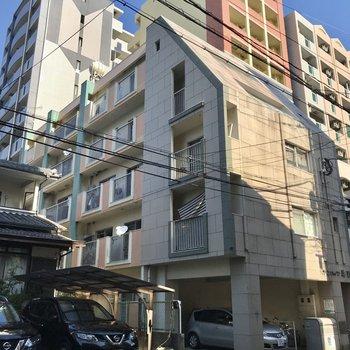 筑紫通りから1本入ったエリア。ちょっぴりレトロなマンションです
