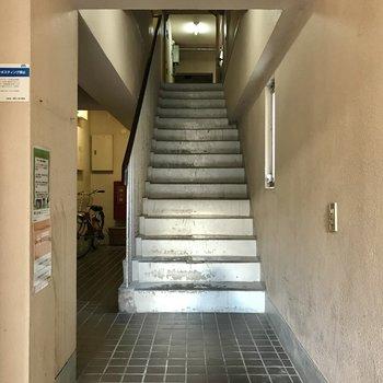 4階のお部屋まで階段で。いい運動と思って頑張りましょう…!