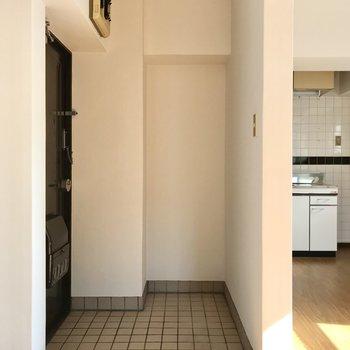 玄関は広さがありますよ!奥の凹っとしたところにシューズラックを置きましょ