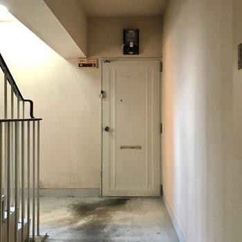 共用部は古さを感じますね。今回は角部屋ですよ!前を通るのは上の階にのぼる人のみ!