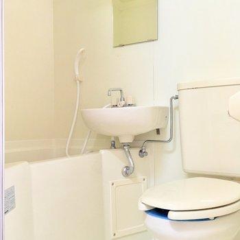 シャワーカーテンを取り付けて、水の飛散を抑えれば、綺麗に保ちやすくなりますよ。※写真は2階の同間取り別部屋のものです