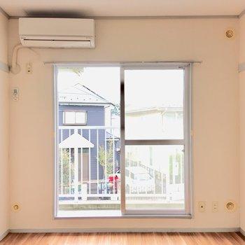 窓からは優しい光が差し込みます。※写真は2階の同間取り別部屋のものです