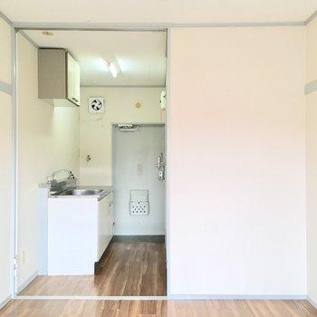 反対側にキッチンがあります。※写真は2階の同間取り別部屋のものです