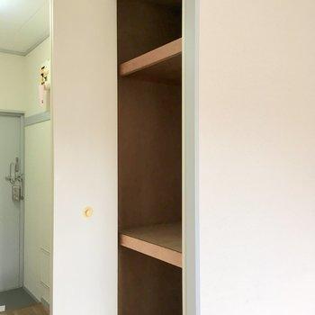 収納は浴室の横に。※写真は2階の同間取り別部屋のものです