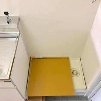 洗濯機は玄関に。※写真は2階の同間取り別部屋のものです