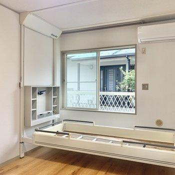 シングルベッドが下りてきました!ハシゴもあります。※写真は1階の同間取り別部屋のものです
