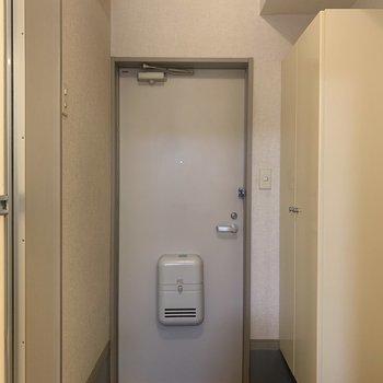玄関横にスイッチがあるので、帰宅後すぐに電気がつけられます。※写真は1階の同間取り別部屋のものです