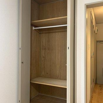服などの収納はこちらに。※写真は1階の同間取り別部屋のものです