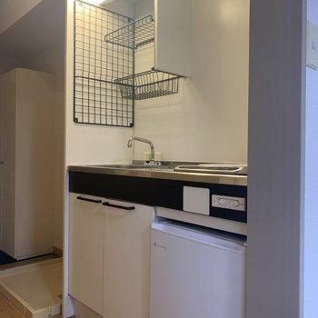 コンパクトなキッチン。※写真は1階の同間取り別部屋のものです