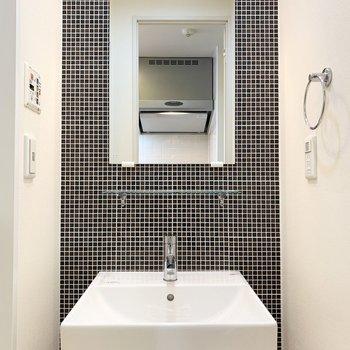 洗面スペースが素敵!(※写真は11階の同間取り別部屋のものです)
