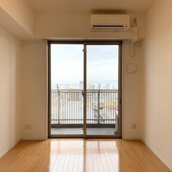居室部分はシンプルな洋室。窓が大きい!(※写真は11階の同間取り別部屋のものです)