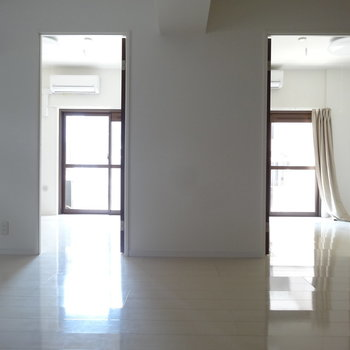 つるっとした白い床のきれいめリフォーム。