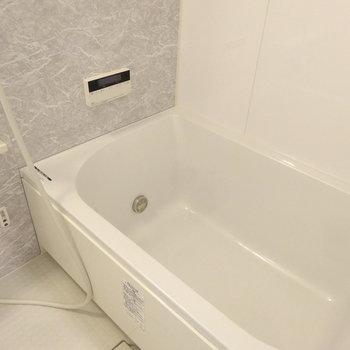 お風呂はゆったりサイズ。追い焚き付きです。