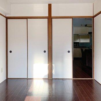 【洋室①6帖】ここは寝室かな。