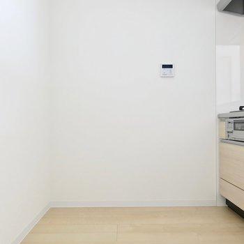 キッチンうしろにもラックなんか置けますね(※写真は3階の同間取り別部屋のものです)