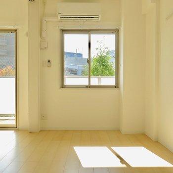 エアコンは洋室側に。窓を開ければ風が入ってきそうです(※写真は3階の同間取り別部屋のものです)