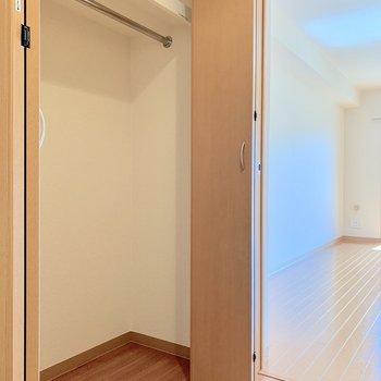 オフシーズンのものはキッチン横の収納へ※写真は2階の反転間取り別部屋のものです