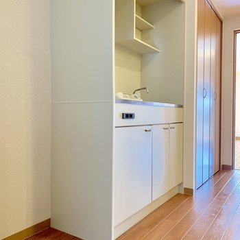 冷蔵庫はキッチンの横に※写真は2階の反転間取り別部屋のものです