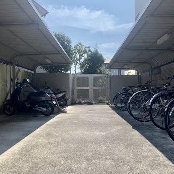 建物正面には自転車置き場とバイク置き場が