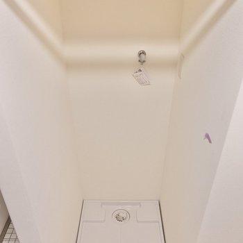 その隣に洗濯機置き場。カーテンをポールにかけて、目隠しすることができます。