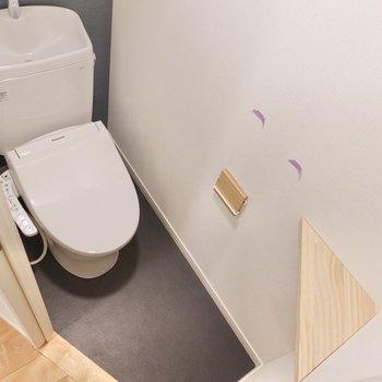 モノトーンでクールな雰囲気のトイレ。