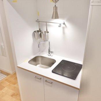 キッチンはコンパクト。IHなのでお手入れがラクです。
