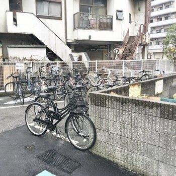 エントランス向かって右側には、駐輪場とゴミ置き場。