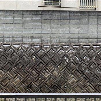 目の前は隣の塀です。隣の目線と合わないからいいな!