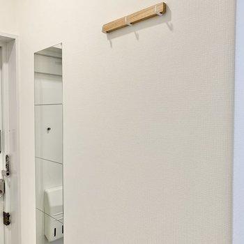 玄関には、コート掛けとミラーを設置。こまかいところにもぬかりなしです!