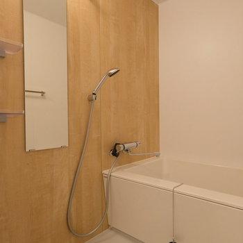 お風呂も新品に。スタイリッシュな浴槽と木目のシート張りのパネルがなんとも安らぐ…