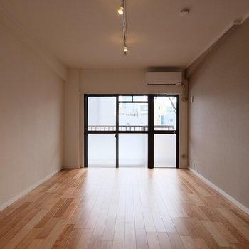 壁際に棚やラックを並べて、洋服や本、雑貨など、本当に好きな物だけに囲まれる暮らしを。