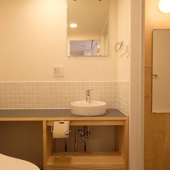洗面台のカタチが愛おしい◎長い台にはスキンケア用品などをたくさん置けてとっても便利!