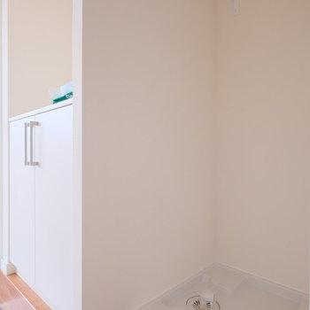 洗濯機置場はキッチンの隣に。玄関のタタキは白いタイル張りに。靴箱も新しい物が使えますよ◎
