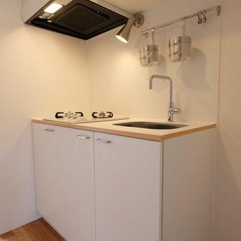 2口コンロのオリジナルキッチンです!バーやフックも付いており、掛ける収納もできる仕様。