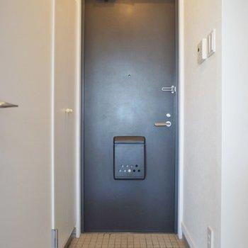 玄関は至ってシンプル。※写真は、同タイプの別部屋のもの
