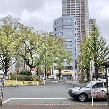 駅前は開けています。
