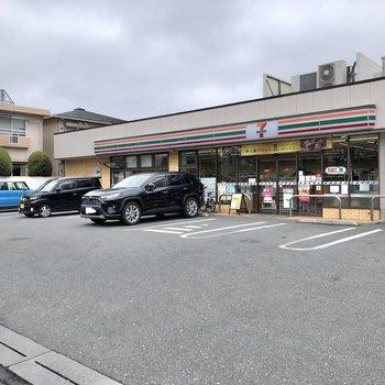 駅までの道中にはコンビニがありました。