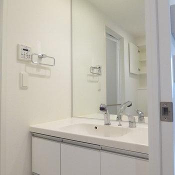 洗面台も清潔感があってお洒落(※写真は10階の反転間取り別部屋のものです)