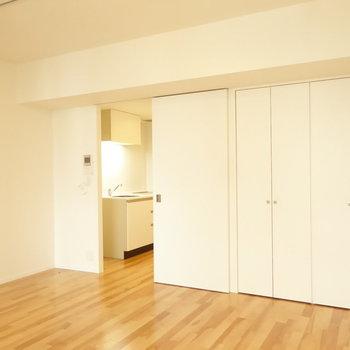 壁も扉も真っ白だと広く感じますね。(※写真は10階の反転間取り別部屋のものです)