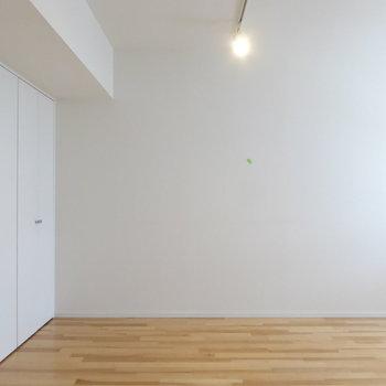 スポットライトに圧迫感のないホワイトの扉♪(※写真は10階の反転間取り別部屋のものです)