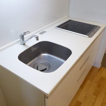 キッチンはIHのコンロ。かわいいデザイン!(※写真は10階の反転間取り別部屋のものです)