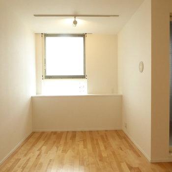 この窓辺のライティングレールに小物を吊り下げてもいいですね!(※写真は10階の反転間取り別部屋のものです)