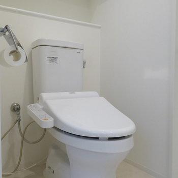 トイレは脱衣所に。ウォシュレット付き(※写真は10階の反転間取り別部屋のものです)