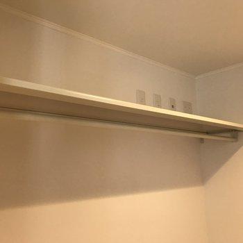 【LDK】上には棚とハンガーラックがあります。反対側にも左右対称でハンガーラックが。