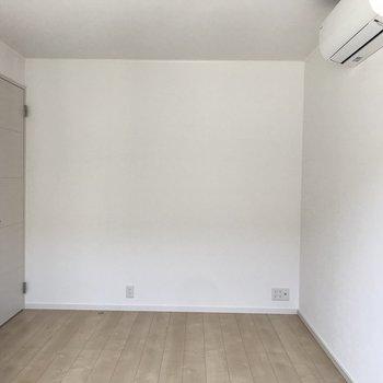 【洋室】白を基調としているので、お好きな家具を配置してみましょう