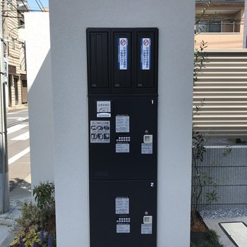 建物の入り口にはメールボックスと宅配ボックスがあります