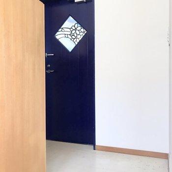 玄関は傘立てなどが置けそうなサイズ※写真はクリーニング前のものです