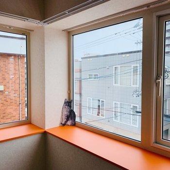 大きな出窓です◎猫ちゃんはオレンジが好きなのかな?